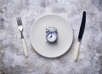 Ускоряет похудение и улучшает работу организма: диетолог высказался об интервальном голодании