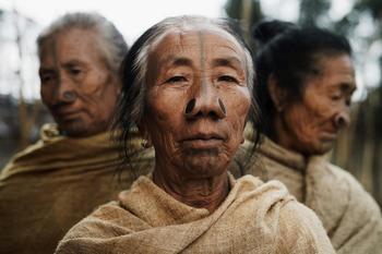 Привет из далеких миров. Адам Козел привозит из путешествий снимки вымирающих племен