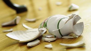 К чему бьется посуда в доме - плохая ли примета?