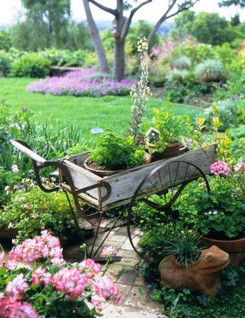 Старые инструменты и хлам в украшении дачи и сада