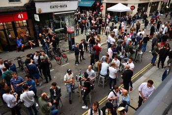 Как прошёл первый уикенд после открытия баров в Великобритании
