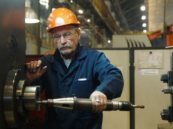 Чиновник назвал повышение зарплат рабочих риском для экономики