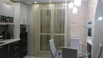Кухня: белый кирпичик на стене, черный глянец на потолке