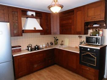 Кухня: вязаные шторы, ретродуховка и брутальный гарнитур