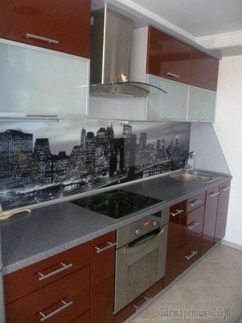 Кухня: гарнитур цвета корицы и скинали с черно-белым мегаполисом