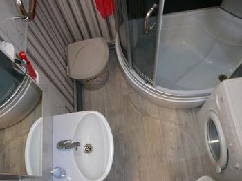 Ванная комната: линолеум на полу, обои на стенах