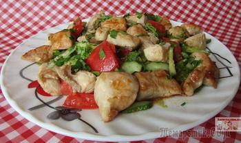 Легкий салат с овощами и курицей