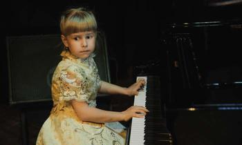 7-летняя белорусская пианистка виртуозно играет джаз