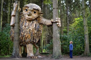 Художник нарисовал карту сокровищ и спрятал дружелюбных великанов в лесах Копенгагена