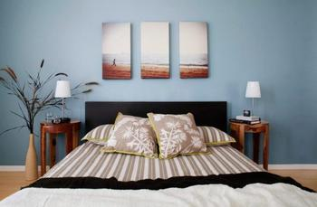 Почему опасно вешать картины над детской кроваткой?