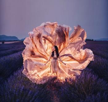 Фотограф путешествует по миру, чтобы запечатлеть девушек в развевающихся платьях на фоне самых красивых мест