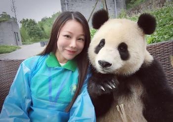 Мимишная фотосессия: панда, которая обожает делать селфи