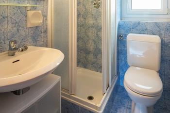 Откуда канализационный смрад в ванной и как его устранить