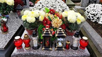 Когда убирают венки с могилы после похорон по церковным канонам?