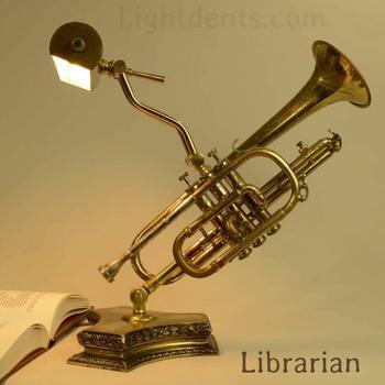 Художник переделывает выброшенные музыкальные инструменты и другие винтажные предметы в светильники