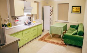 Кухня: в жилой комнате с тремя окнами и двумя входами