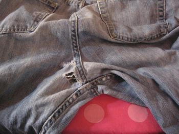 Как спасти любимые джинсы: ставим заплатки в «неудобных» местах