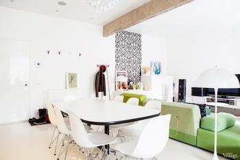 Двухкомнатная квартира с белыми стенами, наливным полом и дизайнерской мебелью