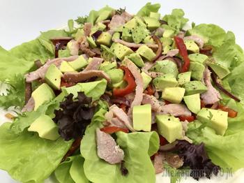Салат из авокадо с беконом и перцем