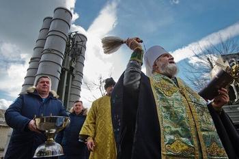 В РПЦ предложили прекратить освящение оружия массового поражения