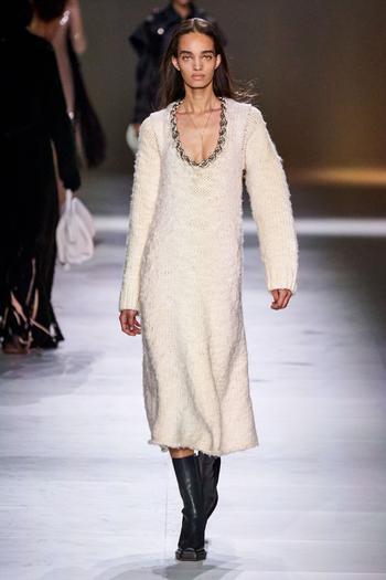 Платье-свитер – тренд осени 2020: разбираем, с чем носить в этом сезоне, на примере подиума и модных блогеров