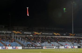 Скандал в Лиге Европы: матч прервали из-за дрона с флагом