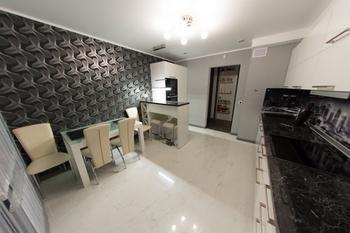 Кухня: ультрасовременная техника в светлом интерьере у владельца-мужчины