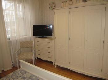 Спальня: реставрированная мебель и самодельный декор в провансе