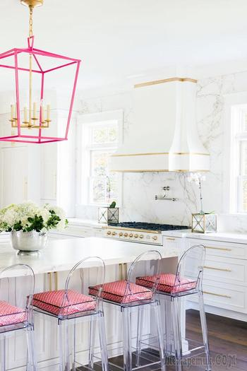 Роскошная кухня с розовыми светильниками