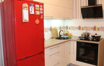 Кухня: рубиновый холодильник, винтажные стулья и Стокгольм на плитке