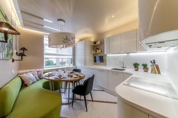 Дизайн белой кухни 13 кв м с зеленым диваном