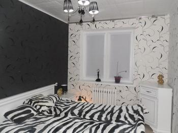 """Спальня: текстиль """"под зебру"""" и черно-белые стены"""