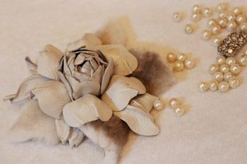 Цветок-брошь-заколка из натуральной кожи