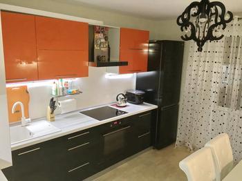 Кухня: яркая мебель на белом фоне