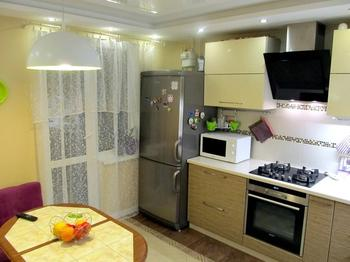 Кухня: три двери и диван с телевизором