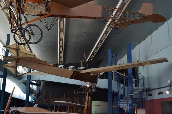Еще один эффектный макет – один из первых французских аэропланов «Антуанет». В начале века он был весьма популярен в Европе