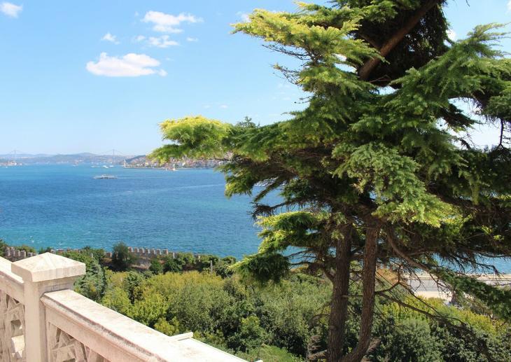 Белонежная терраса, голубой Босфор и яркая зелень напоминают Крым и Лазурное побережье