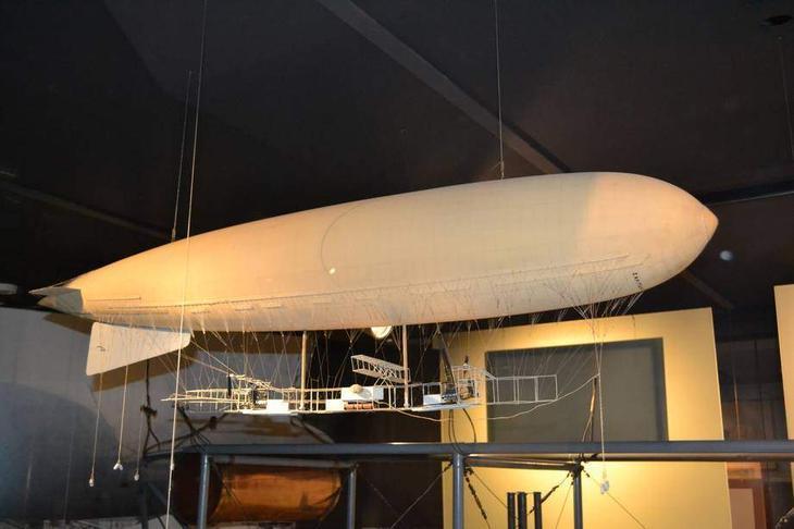 Модель одного из первых дирижаблей – управляемых аэростатов. Благодаря двигателю и аэродинамическим рулям теоретически он мог двигаться в нужном направлении, а не только туда, куда дует ветер. Но практически дирижабли научатся это делать много позже, да и тогда останутся «метеозависимы» куда более, нежели аэропланы