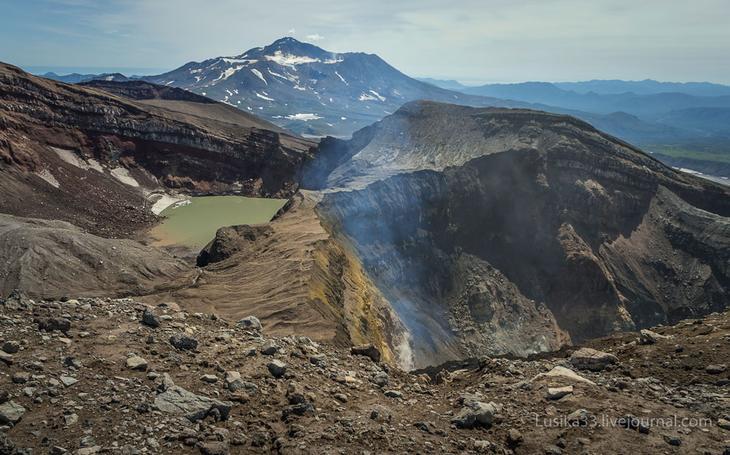 Горелый на фоне Мутновского вулкана