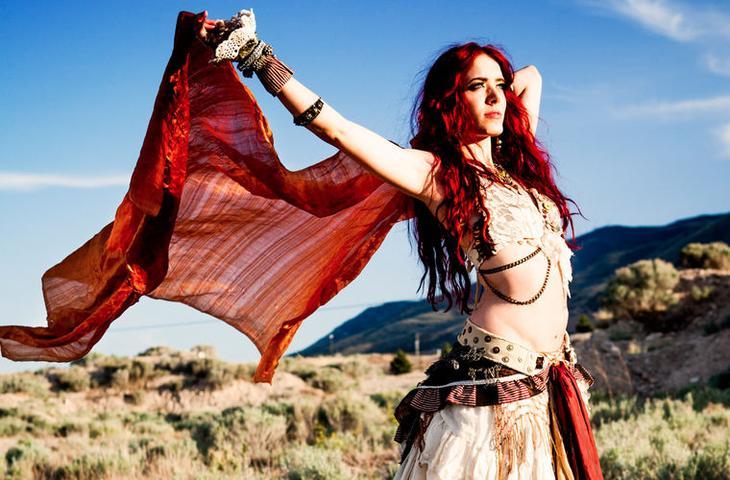 Единственным незаимствованным движением цыганского танца, по мнению некоторых исследователей, является характерная дрожь плечами. Она встречается у цыган самых разных стран мифы, цыгане