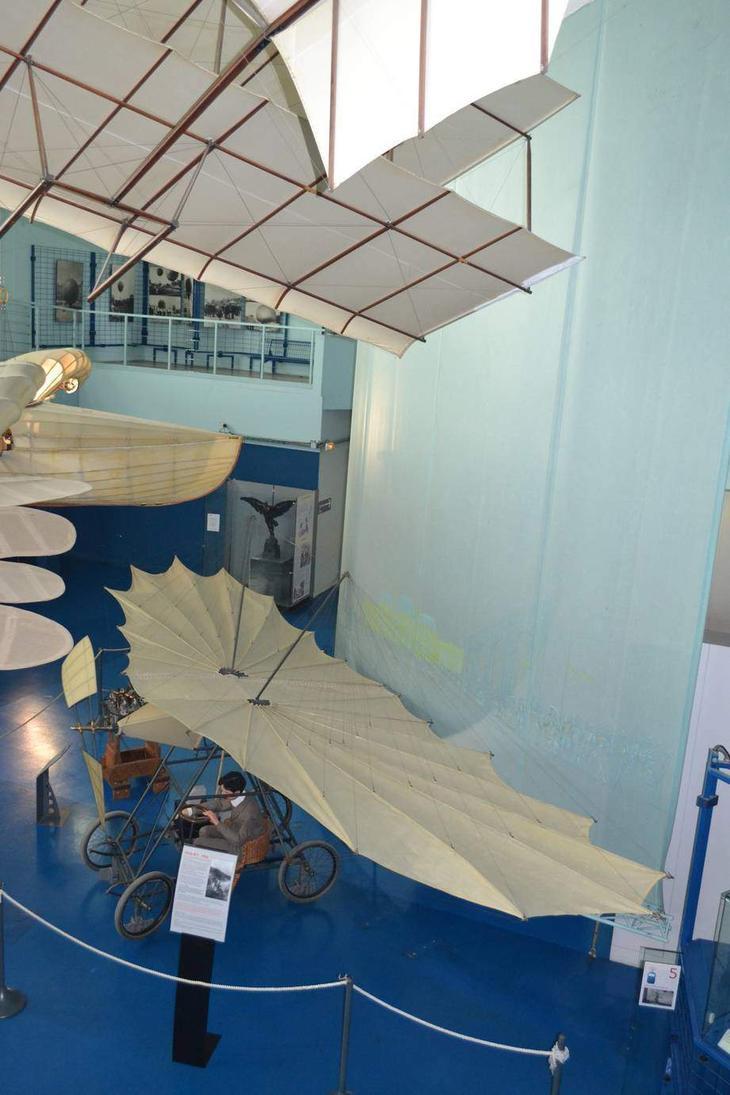 Построенная во Франции в 1906 г. «летательная машина» Vuia No I румынского изобретателя Траяна Вуйи в экспозиции Музея авиации и космонавтики Ле Бурже. И нечего смеяться – тогда так выглядели не только румынские самолеты!
