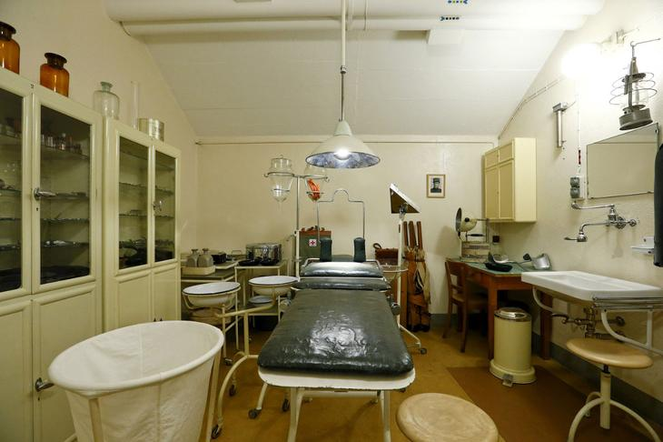 Операционная комната внутри одной артиллерийской крепости. (Фото Arnd Wiegmann | Reuters)