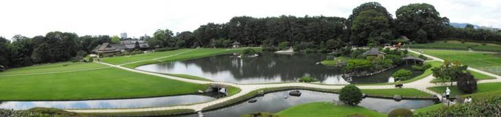 Японский парк Кераку-эн летом. Панорама ландшафта. Фото