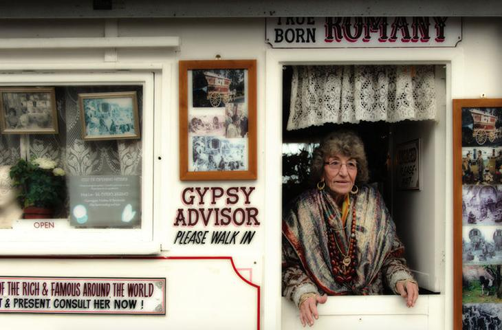 Гадания на картах или по руке - вот основное развлечение цыган мифы, цыгане