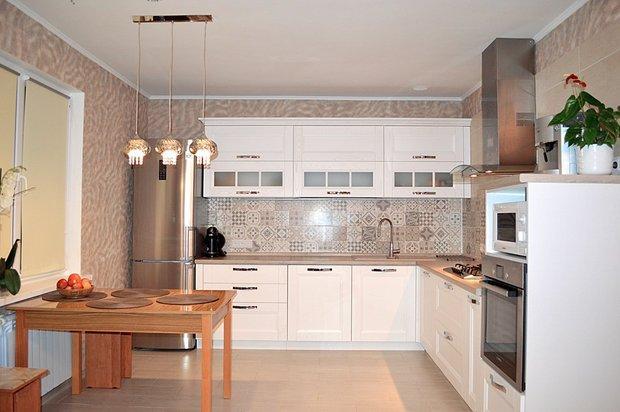Кухня: белая деревянная