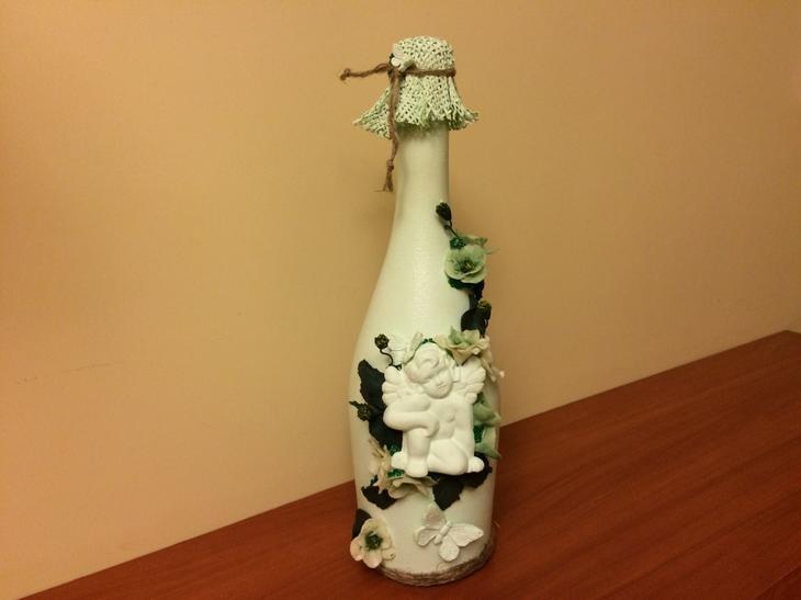 Декупаж бутылки цветочками и фигуркой ангела