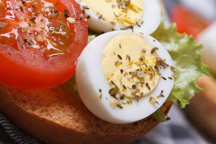 яйцо и помидор