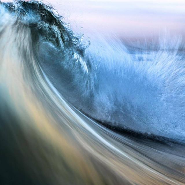 Фотограф-сёрфингист делает снимки морских волн