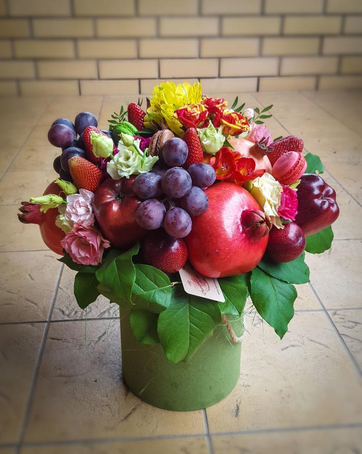 Букет в коробке с цветами и фруктами