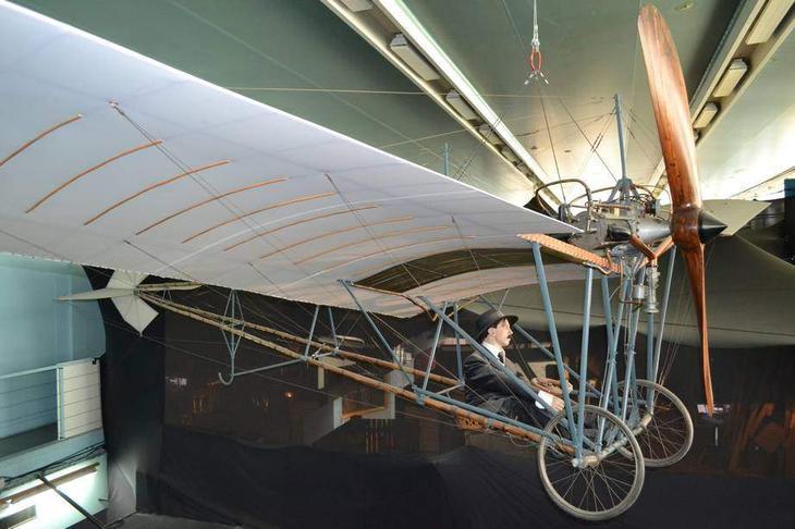 Очень удачный для своего времени аппарат – «Демуазель» конструкции Альберто Сантос-Дюмона в экспозиции Музея авиации и космонавтики в Ле Бурже. Это также макет, но и он, и даже сам «Летающий Бразилец» – буквально как живые